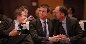 Manuel Valls (center) at a Socialist Party event in 2012. (Photo by Mathieu Delmestre https://www.flickr.com/photos/partisocialiste/8008423264)